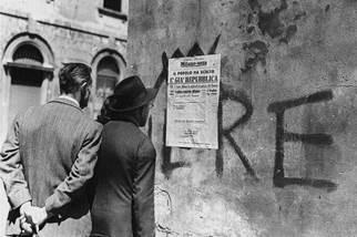 Dai giornali affissi al muro alcuni apprendono il risultato elettorale del Referendum